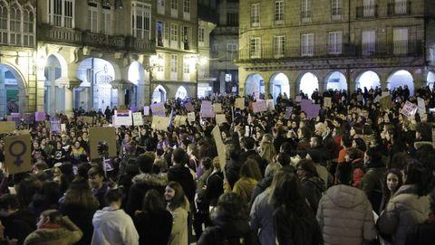 8M en Ourense.La manifestación del Día da Muller recorrió el centro de la ciudad, con sentada delante de la Diputación de Ourense