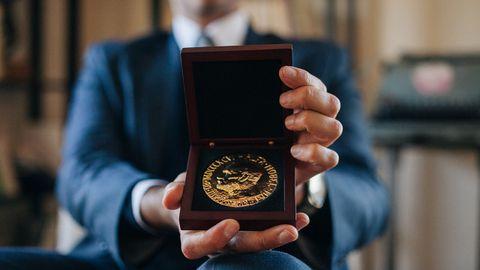 La medalla del Premio Nobel de la Paz recibida por Carlos Umaña en 2017