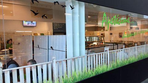 La cafetería del HULA, separada por biombos