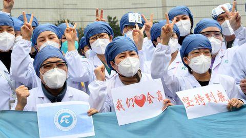 Trabajadores sanitarios celebrando el cierre de uno de los hospitales temporales de Wuhan