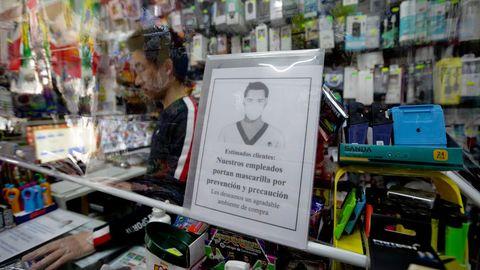Un plástico separa a los dependientes de los clientes en un establecimiento de A Gaiteira ( A Coruña)