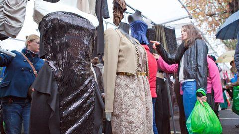 El mercado dominical de Padrón se ha suspendido, salvo la venta de productos alimenticios