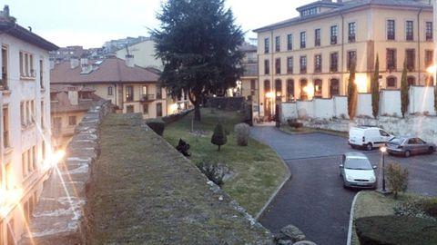 Paso superior del muralla medieval de Oviedo en la zona de la Casa Sacerdotal. A la izquierda, la calle Paraíso