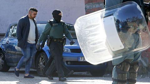 Operativo antidroga de la Guardia Civil en el poblado de O Vao