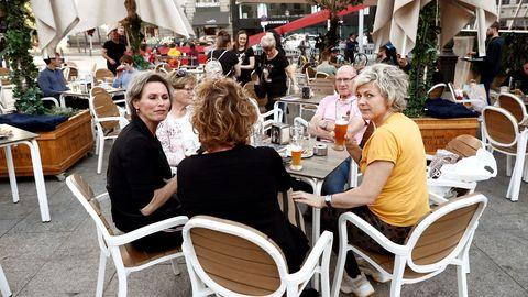 Varias personas disfrutan en una terraza del centro de Madrid, ayer viernes.