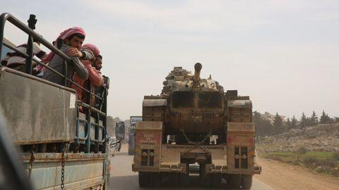 Un convoy turco de vehículos militares en Idlib tras el alto el fuego acordado el 5 de marzo