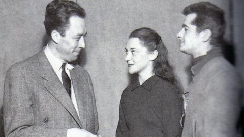 El escritor Albert Camus, a la izquierda, junto a la actriz gallega María Casares. Conocida en Francia como Maria Casarès, nació en A Coruña en 1922. Su padre, Santiago Casares Quiroga, fue presidente del Gobierno de la Segunda República y su madre, Gloria Pérez, era hija de una cigarrera coruñesa. En 1931 se trasladaron a Madrid por el trabajo como político del padre. En 1936, después del golpe militar, cruzaron la frontera por tren desde los Pirineos