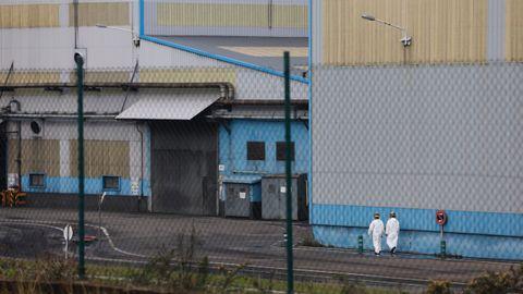 La actividad en la fabrica de Alcoa en San Cibrao es normal. Los trabajadores se lavan las manos con gel antes de entrar en la fábrica como medida de prevención