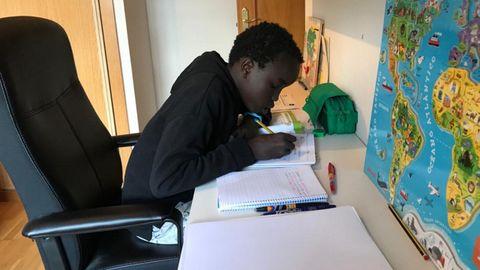 Un alumno de Primaria hace deberes y repasa lecciones en el escritorio de su habitación