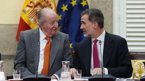 El rey Felipe VI junto a su padre,  durante la reunión del patronato de la Fundación Cotec del 2019