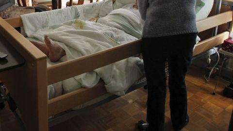 Imagen de archivo de una gallega encamada que recibe ayuda en el hogar