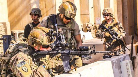 Soldados estadounidenses de las Task Forces toman posiciones durante una operación en Irak
