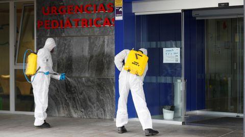 La UME desinfectando el HUCA