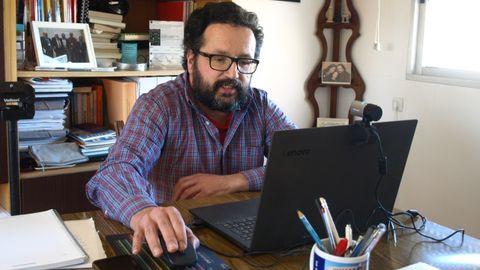 Juan Sanmartín dando su clase de Química desde su casa con un portátil con webcam