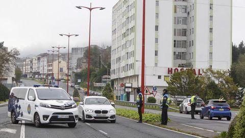Control de carretera de Guardia Civil y Policía Local, para entrar y salid del puente de As Pías, en Fene