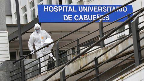 Efectivos de la Unidad Militar de Emergencias UME, durante las labores de desinfección del hospital de Cabueñes de Gijón realizadas durante la primera ola de la pandemia. ARCHIVO