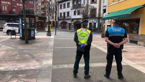 Agentes de la Guardia Civil y la policía en Cangas de Onís