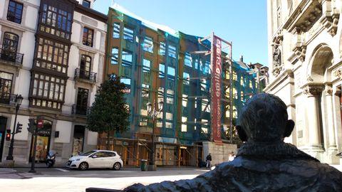 Estado actual del edificio de la calle Melquiades Álvarez de Oviedo donde se ubicará la nueva tienda de Zara