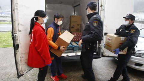 El primer reparto de alimentos a personas viveirenses cuya vulnerabilidad se ha agravado con la crisis del coronavirus se centralizó en Cruz Roja. Cooperaron Policía Nacional, Policía Local y Protección Civil