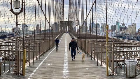 Esta imagen es del puente de Brooklyn. En Nueva York las autoridades decretaran el domingo el cierre de todo negocio no esencial para tratar de contener al COVID-19.