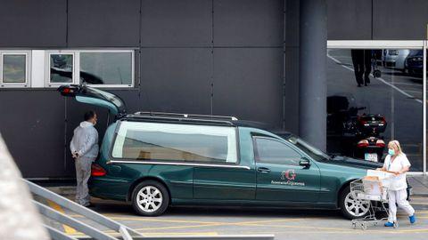 Un coche fúnebre en las proximidades de Urgencias del Hospital Universitario Central de Asturias (HUCA), durante los trabajos de desinfección,