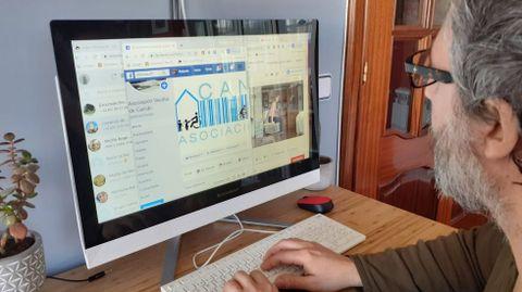 Roberto Taboada, presidente vecinal de Canido, siguiendo desde su casa una de las actividades de la asociación a través de Facebook