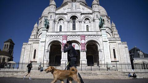 La basílica del Sagrado Corazón, en París. Solamente se ha visto a gente haciendo ejercicio o paseando al perro.