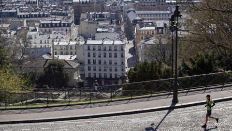 Una persona hace ejercicio en las calles de Montmartre, en París.