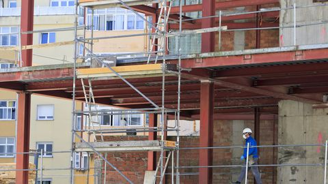 Poco movimiento de obreros en el centro socio cultural que construye el Concello en A Piringalla