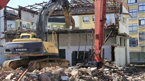 Tragsa está acabando el derribo de la vieja lavandería del hospital Xeral, donde se construirá una central de biomasa