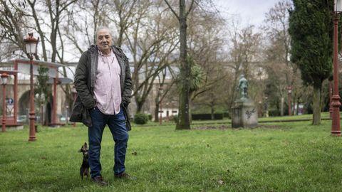 Javier Pazos, con su perrita «Inu» en el parque Miño de Ourense, en una imagen tomada a principios de febrero