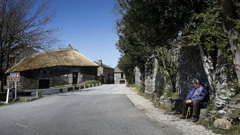 Un vecino de O Cebreiro, frente al camino por el que ya no hay peregrinos