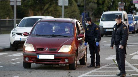 Un control de la Policía Nacional en el centro de Monforte en los primeros días del estado de alarma