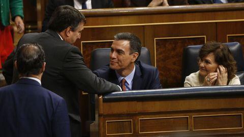 Aitor Esteban charlando en el Congreso con Pedro Sánchez y Carmen Calvo durante la investidura
