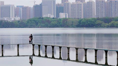 Mientras en el resto del mundo la cifra de población confinada no deja de crecer, Wuhan va poco a poco recuperando la normalidad
