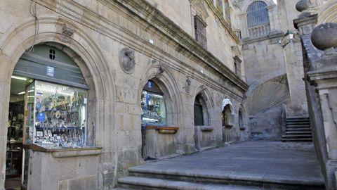 Ao fondo, a cuncha na praza de Praterías