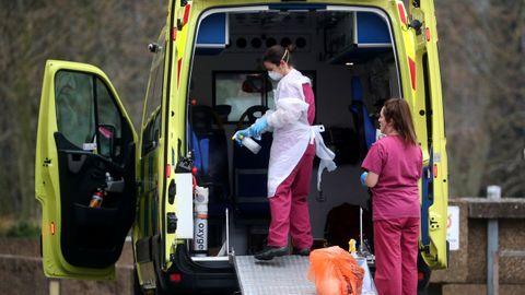 Personal medico se protege con máscaras en una ambulancia al lado del hosptial Santo Tomás de Londres