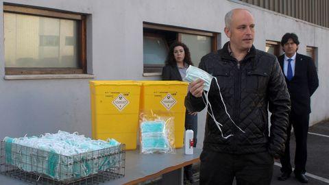 El profesor de la Universidad de Oviedo y responsable de Investigación, Desarrollo e Innovación de Bioquochem, David Hevía (c), explica el procedimiento de esterilización y reciclaje de mascarillas en presencia del consejero de Ciencia, Innovación y Universidad del Principado de Asturias, Borja Sanchez
