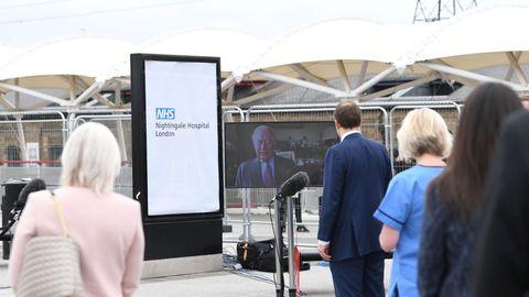 El príncipe Carlos inauguró telemáticamente un hospital construido en Londres en nueve días