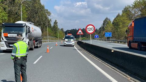 CIERRE DE UN CARRIL Imagen de uno de los controles especiales contra el coronavirus (este viernes en la AP-9) en los que la Guardia Civil corta uno de los carriles de la autopista