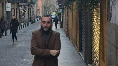 Gonzalo Alonso Abella, en la calle donde vive en Madrid