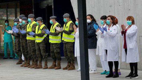 Los militares que filtran las llegadas a urgencias del Hospital Universitario Central de Asturias (HUCA) se unen a los sanitarios que a las puertas del centro agradecieron el apoyo de los ciudadanos Oviedo por la crisis del coronavirus