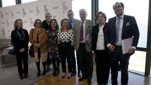 Vargas Llosa, con algunos de los asistentes al simposio sobre el escritor en A Coruña