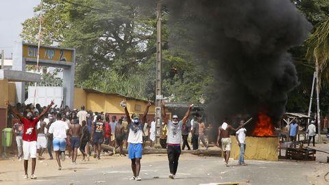 Los participantes en los disturbios celebran la destrucción de las instalaciones en fase de construcción