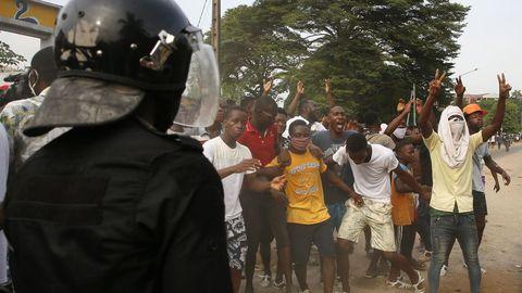Las fuerzas del orden de Costa de Marfil tratando de contener los disturbios