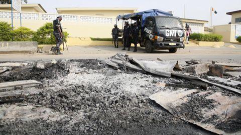 Parte del mobiliario fue quemado y utilizado para hacer barricadas