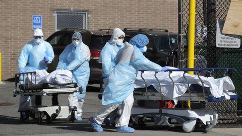 Profesionales sanitarios de un hospital neoyorquino de Brooklyn transportan cadáveres de fallecidos por COVID-19
