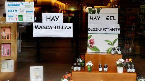 Escaparate de una farmacia, este lunes, en el centro de Oviedo.