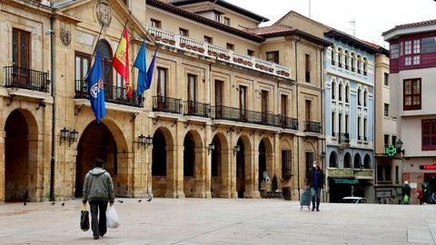 Personas pasean por la plaza de Ayuntamiento de Oviedo