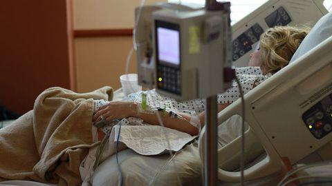 Mujer de parto en el hospital